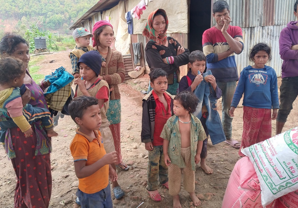 trade union nuwakot food donate to daily labour family in nuwakot